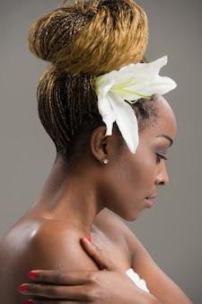 Fleur de lys sensuelle femme africaine dans les cheveux