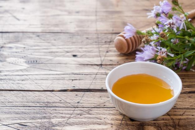 Fleur de miel dans une assiette et un bouquet de fleurs sauvages