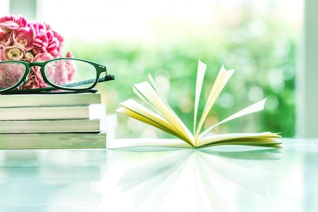 Fleur oeillet rose fraîche avec fond de livres