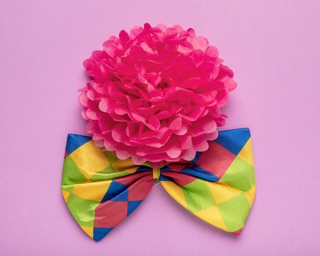 Fleur en papier rose et noeud papillon coloré