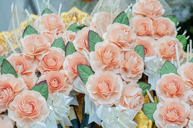 Fleur de papier rose vintage sur plateau d'or