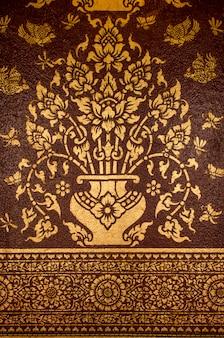 Fleur peinture traditionnelle thaïlandaise sur fond noir brun