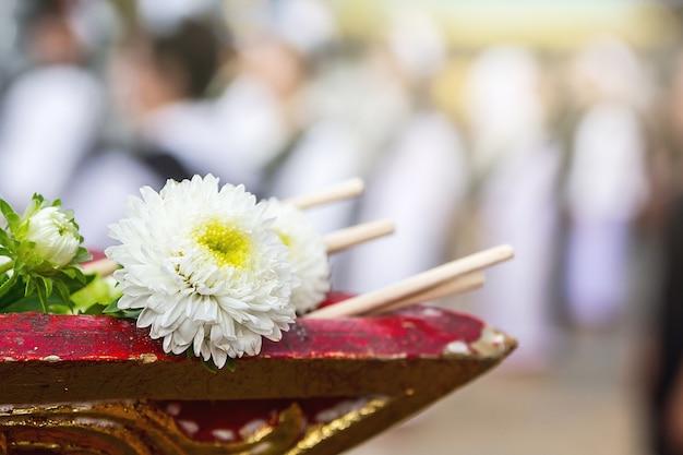 Fleur sur le plateau avec piédestal en cérémonie d'ordination, tradition bouddhiste