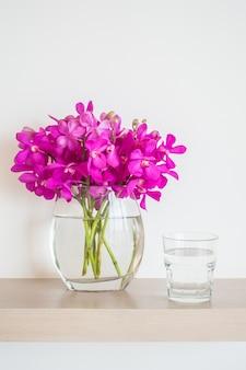 Fleur por avec de l'eau et le verre
