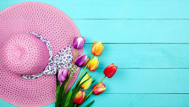 Fleur de printemps de multi couleur tulipes sur bois