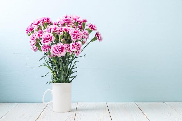 Fleur de printemps rose sur bois