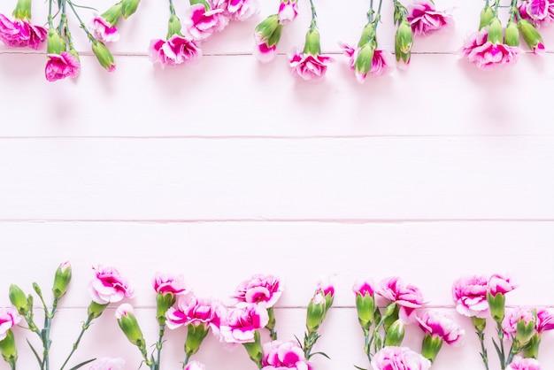 Fleur de printemps rose sur fond en bois