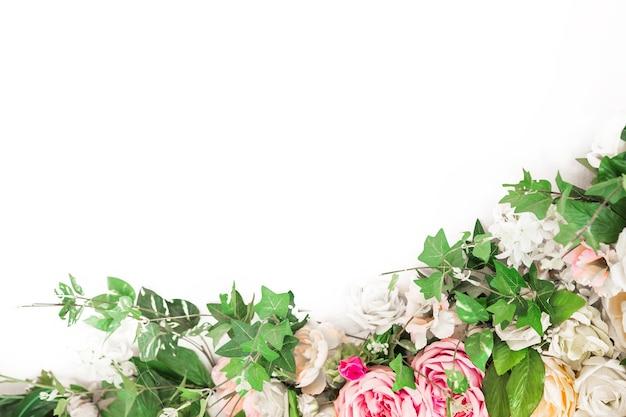 Fleur rose et blanche avec bordure de feuilles vertes.