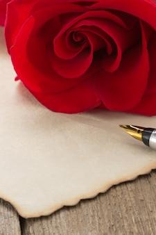 Fleur rose sur bois
