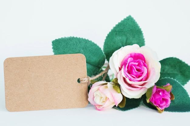 Fleur rose avec une étiquette vide pour le texte.