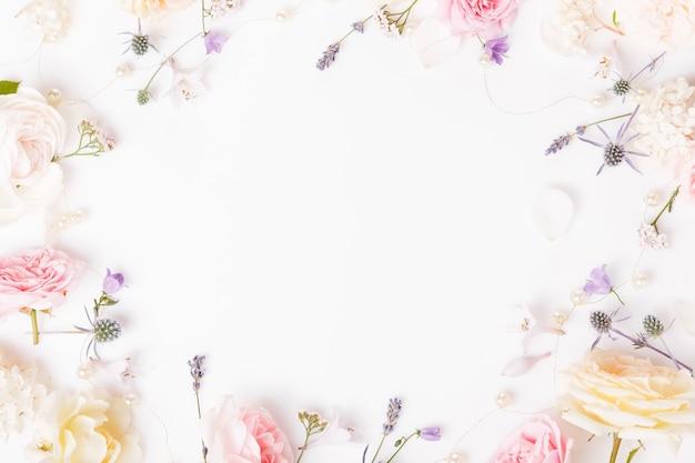 Fleur rose festive composition de rose anglaise sur fond blanc. vue de dessus aérienne, mise à plat. espace de copie. anniversaire, mère, saint-valentin, femme, concept de jour de mariage.