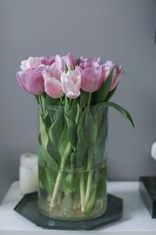 Une fleur rose et rouge tulipe en décoration d'intérieur.
