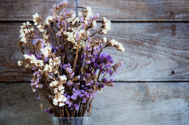 Fleur sèche avec fond en bois.