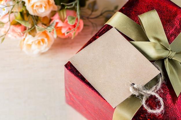 Fleur et tag avec boîte-cadeau pour votre style vintage de texte, concept de la saint-valentin
