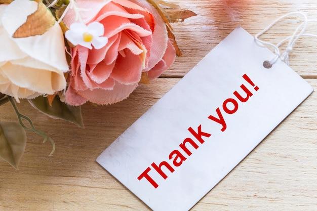 Fleur et tag avec texte de remerciement