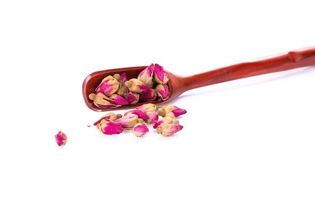 Fleur de thé en boutons avec une cuillère en bois