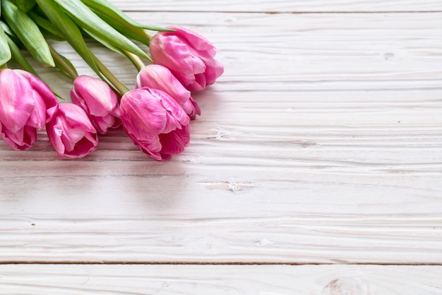 Fleur de tulipe rose sur bois