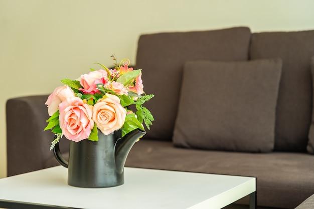 Fleur de vase sur table avec intérieur de décoration oreiller et canapé