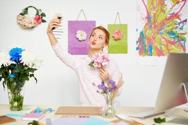 Fleuriste créatif prenant selfie