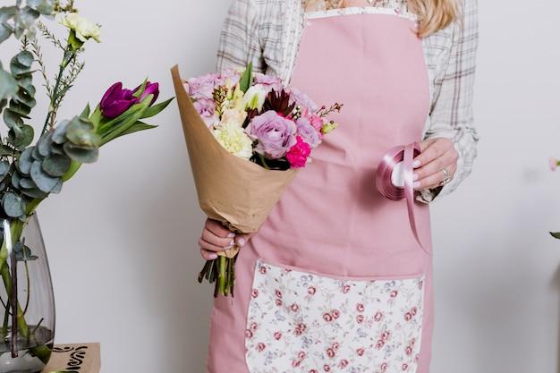 Fleuriste de cultures avec ruban et bouquet