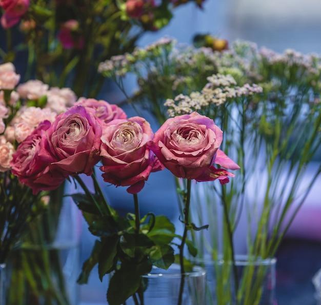 Fleuriste exposant et vendant différents types de roses