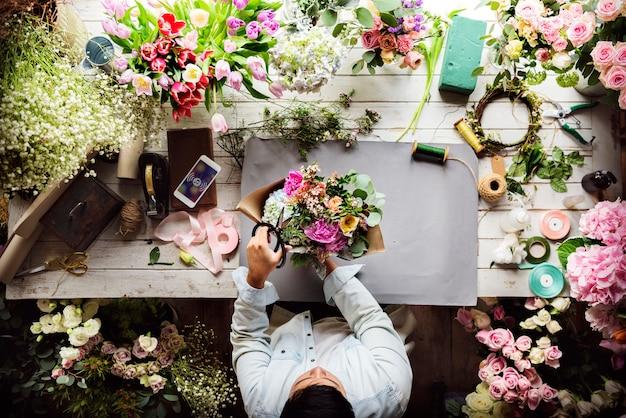 Fleuriste faisant un arrangement de bouquet de fleurs fraîches