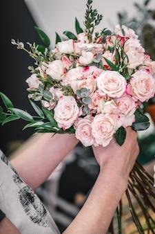 Fleuriste faisant un beau bouquet