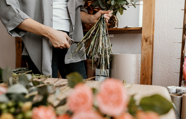Fleuriste faisant un bel arrangement floral