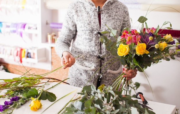 Fleuriste faisant un bouquet