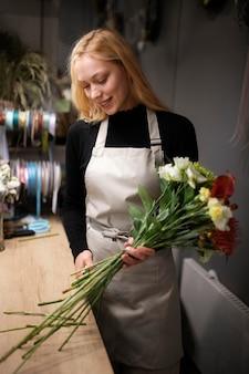 Fleuriste femelle faisant un bouquet