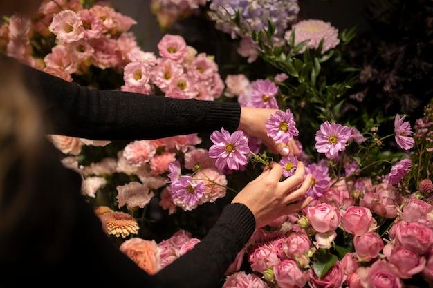 Fleuriste féminine faisant un bel arrangement de fleurs