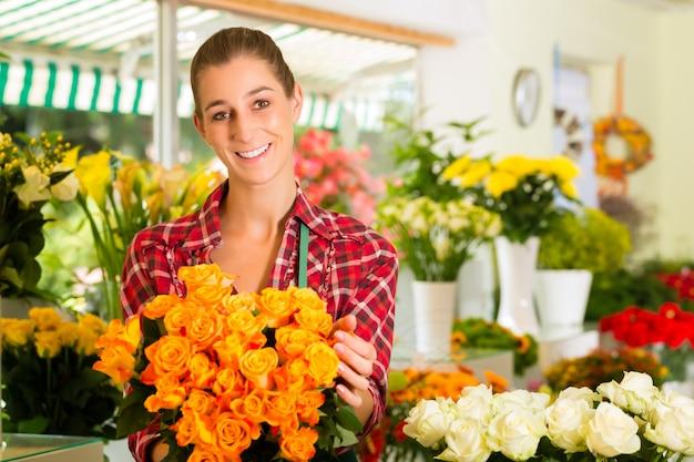 Fleuriste femme dans un magasin de fleurs