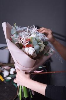 Fleuriste femme fait un bouquet