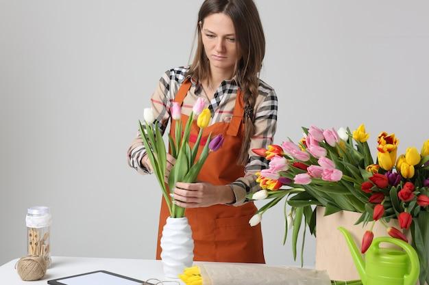 Fleuriste femme avec tulipes
