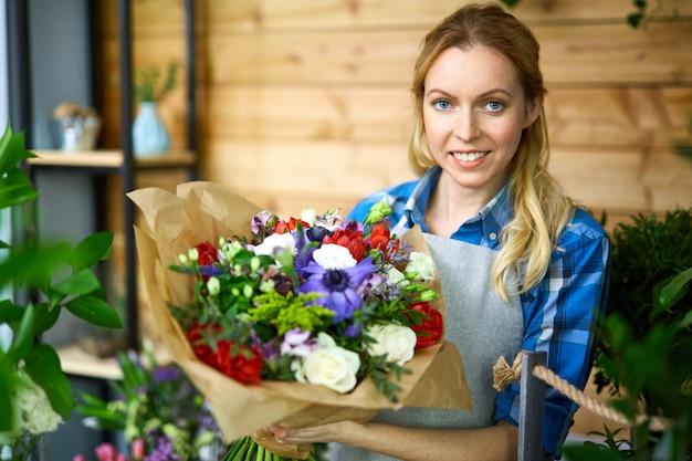 Fleuriste heureux