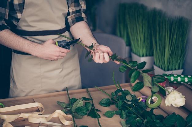 Fleuriste posant dans son magasin de fleurs