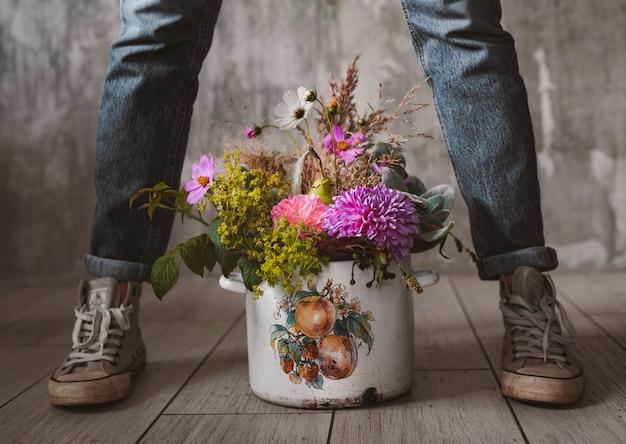 Fleuriste professionnel détient la composition de fleurs sauvages