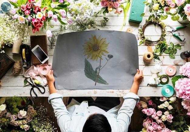 Fleuriste, projection, vide, espace design, papier, sur, bois, table, à, frais, fleurs