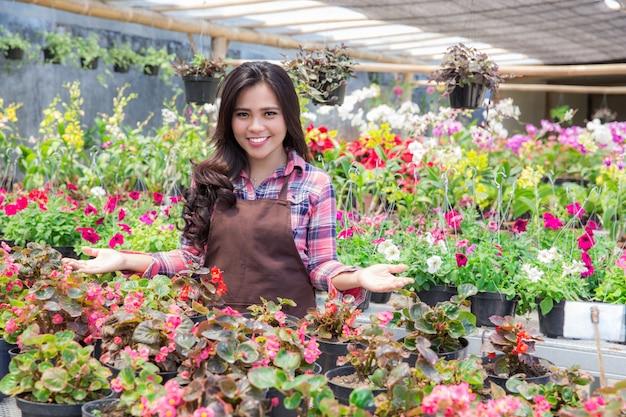 Fleuriste souriante