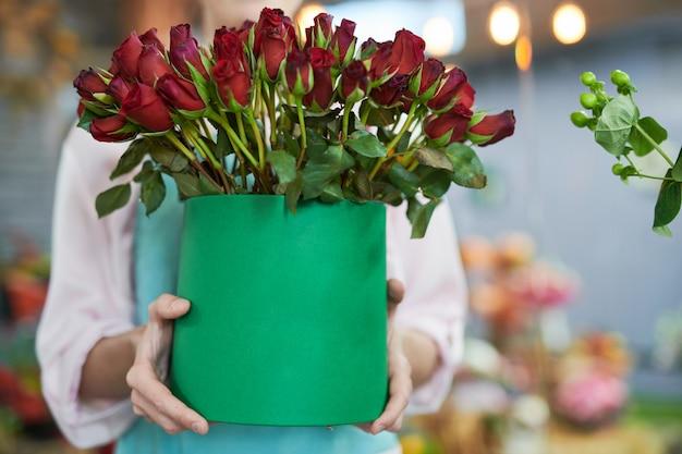Fleuriste tenant des roses