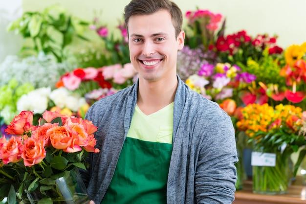 Fleuriste travaillant dans un magasin de fleurs