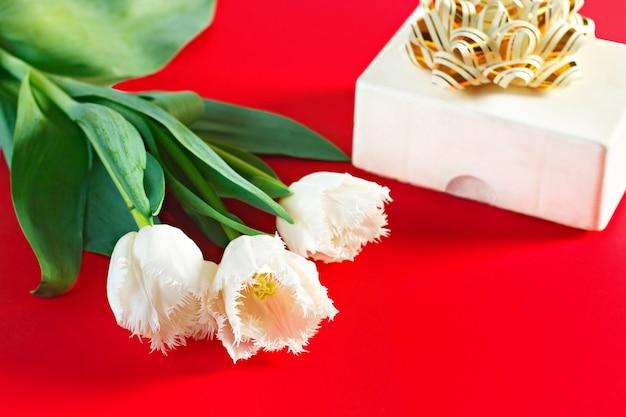 Fleurs le 8 mars. journée de la femme. félicitation
