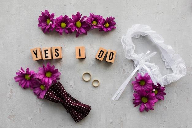 Fleurs avec accessoires de mariée et de marié