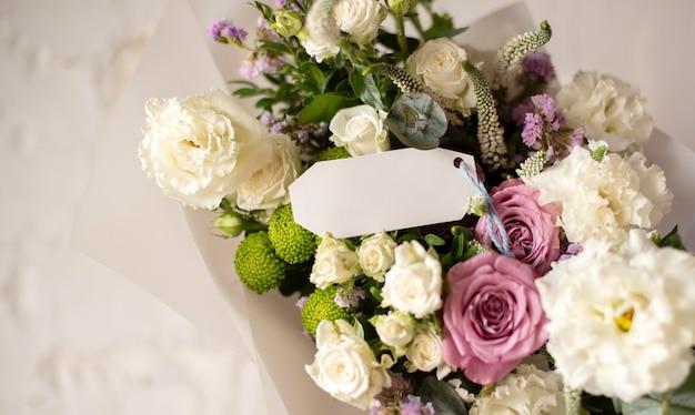 Fleurs d'anniversaire avec note vide
