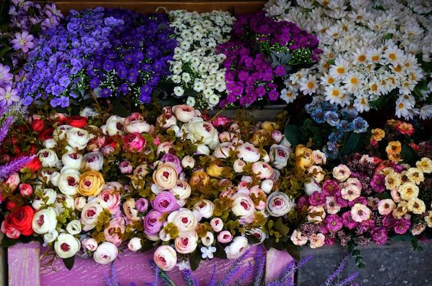 Fleurs artificielles dans des vases classiques
