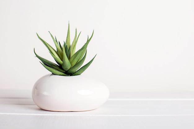 Fleurs artificielles sur fond blanc, décor à la maison
