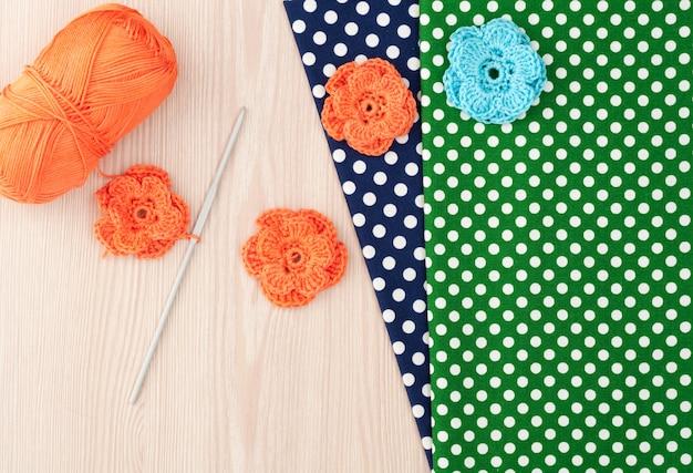 Fleurs au crochet tricotées à la main. textile de coton pour travaux d'aiguille. vue de dessus