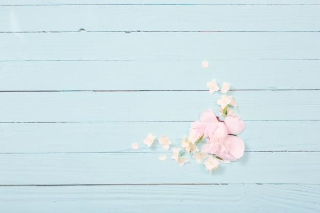 Fleurs blanches sur fond en bois blanc