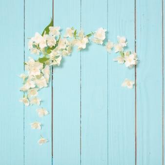 Fleurs blanches sur fond en bois de идгу