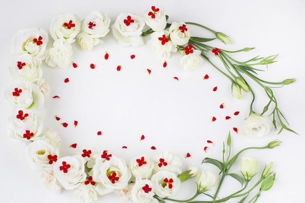 Fleurs blanches et rouges